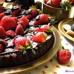Tarta cu ciocolata si capsune
