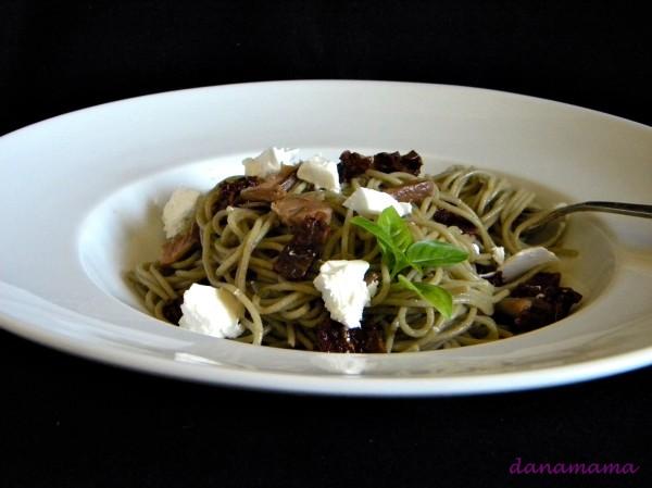 Spaghete quinoua cu rosii uscate si hribi