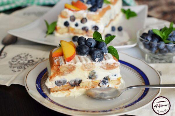 prajitura cu iaurt, piscoturi si fructe.