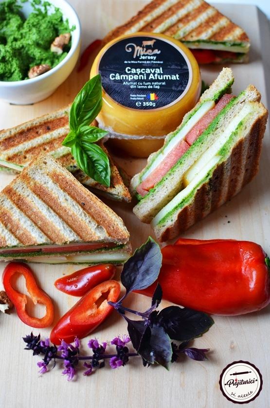 Sandwich cald cu cascaval afumat si pesto